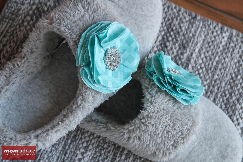 DIY_Slippers_With_Fabric_Flowers